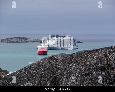 Arctic Line : Royal arctic line container ship approaching paamiut town along