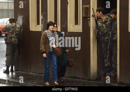 The Troubles 1980s Belfast Northern Ireland armed British soldier of foot patrol 1981 People daily life UK  HOMER - Stock Photo