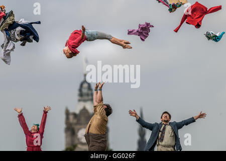 Edinburgh, Scotland, UK. 2nd August, 2016. Lost in Translation Circus perform stunts on Calton Hill with the Balmoral - Stock Photo