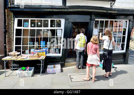 Canterbury, Kent, UK. Bookshop in Sir John Boys House / Crooked House (17thC) at 28 Palace Street - Stock Photo