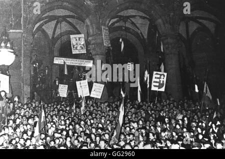 1956, Budapest, demonstration in front of the Parliament, during the night of October 23. The hammer and sickle - Stock Photo
