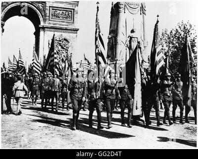 Celebration of the victory in Paris: soldiers carrying American flags July 14, 1919 France - World War I Vincennes. - Stock Photo