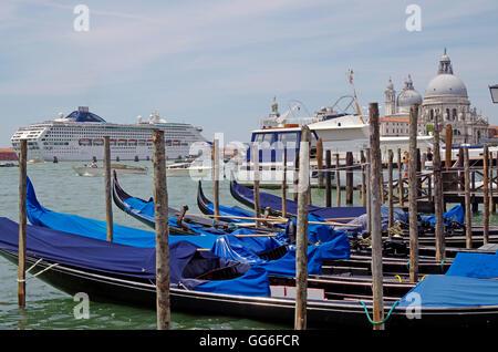 P & O Cruises MV Oceana, entering Port of Venice - Stock Photo