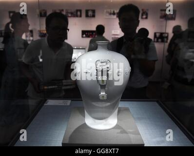 Beijing, China. 10th Aug, 2016. People see a porcelain work at the porcelain exhibition of artist Wang Xiajun, in - Stock Photo
