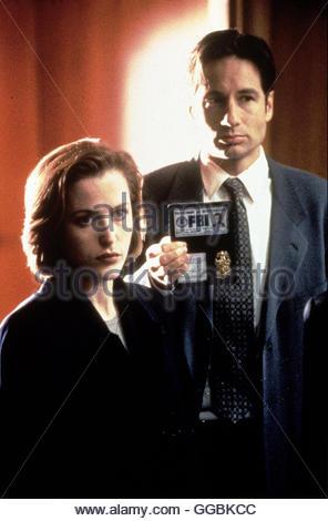 AKTE X - DIE UNHEIMLICHEN FÄLLE / The X-Files USA 1999 / Ein Biologie endeckt in Afrika Artefakt von dort aus bringt - Stock Photo