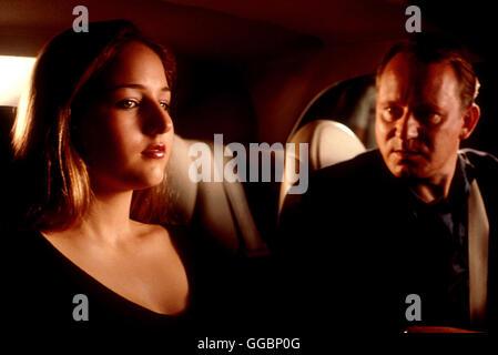 THE GLASS HOUSE / Glass House USA 2001 / Daniel Sackheim Als die Eltern von Ruby (LEELEE SOBIESKI) und Rhett bei einem Autounfall ums Leben kommen, nehmen die besten Freund ihrer Eltern, Erin und Terry Glass (STELLAN SKARSGARD), die Geschwister auf. Der Umzug in den opulenten Palast aus Stahl und Glas im mondänen Malibu, soll den Geschwistern beim Neuanfang helfen. Erin und Terry erweisen sich als vorbildliche Pflegeeltern, alles scheint in Ordnung. Bis Ruby immer mehr Hinweise aufschnappt, die sie an der heilen Fassade zweifeln lässt. Je mehr Ruby über die Glasses in Erfahrung bringt, desto Stock Photo