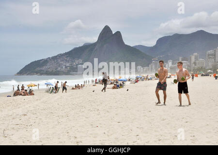 Rio de Janeiro. 28th November, 2015. Ipanema beach with Sugarloaf Mountain. © Nigel Pacquette/Alamy Stock News - Stock Photo