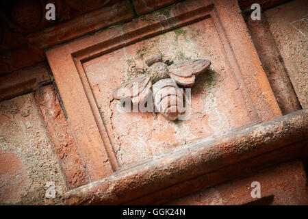 Stone mason Manchester bee details on wall - Stock Photo