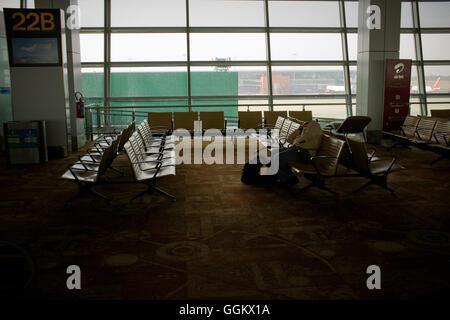 A man sleeps at  New Delhi Indira Gandhi International Airport (India).© Jordi Boixareu - Stock Photo
