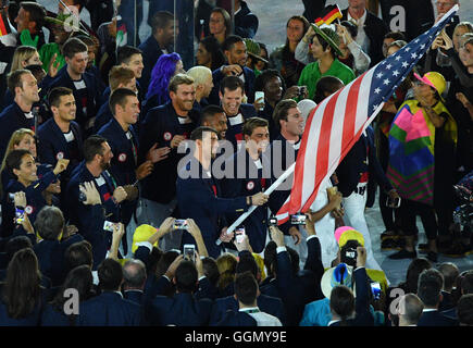 Rio de Janeiro, Brazil. 5th Aug, 2016. Flag bearer Michael Phelps from the USA and the U.S. Olympic team arrive - Stock Photo