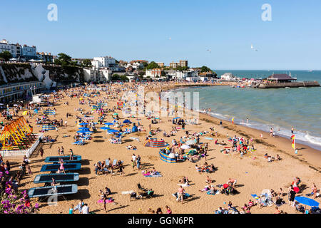 England, Broadstairs. Summertime, hot weather, blue skies. Main beach packed with tourists, locals and holiday-makers. - Stock Photo