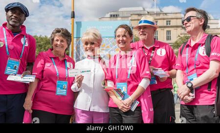 London, UK.  8 August 2016.  Dame Barbara Windsor DBE joins Team London Ambassadors in Trafalgar Square to welcome - Stock Photo