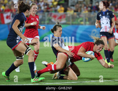 Rio de Janeiro, Brazil. 08th Aug, 2016. Kelly Russell of Canada is tackled by US players during the Women's Placing - Stock Photo