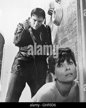 WAIT UNTIL DARK USA 1967 Terence Young ALAN ARKIN as Harry Roat, AUDREY HEPBURN as blind Susy Hendrix Regie: Terence - Stock Photo