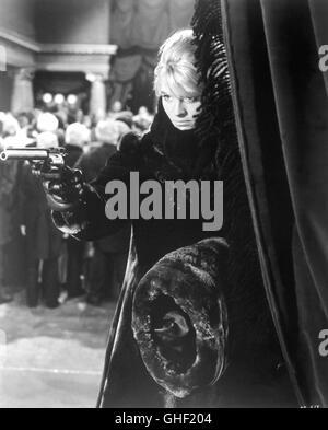DOKTOR SCHIWAGO Doctor Zhivago USA 1965 David Lean JULIE CHRISTIE as Lara Antipova with gun. Regie: David Lean aka. Doctor Zhivago Stock Photo