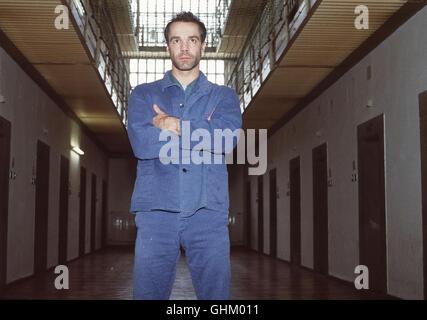 HANNES JAENICKE - Bankräuber Siegfried Dennery - im Gefängnis. Regie: Wolfgang Mühlbauer