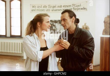 engel mit einem flügel -5 Elke und Hannes haben sich auseinandergelebt. Ihre Ehe zerbricht. Doch die Geschichte - Stock Photo