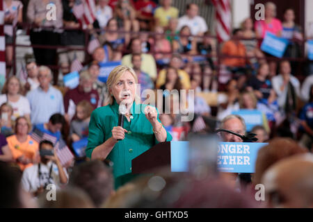 Des Moines, Iowa, USA. 10th Aug, 2016. U.S. Democratic presidential nominee Hillary Clinton makes a speech at a - Stock Photo
