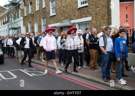 Vauxhall London UK. 11th August 2016. Cricket fans wearing Mexican sombreros arrive for the fourth test match between - Stock Photo