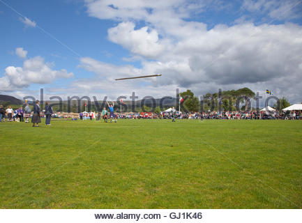 Tossing the Caber at the Newtonmore Highland Games, Newtonmore, Highlands of Scotland. - Stock Photo
