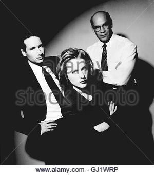 AKTE X - DIE UNHEIMLICHEN FÄLLE DES FBI- Mulder und Scully untersuchen nach einem Bombenanschlag eine Krypta, dabei - Stock Photo