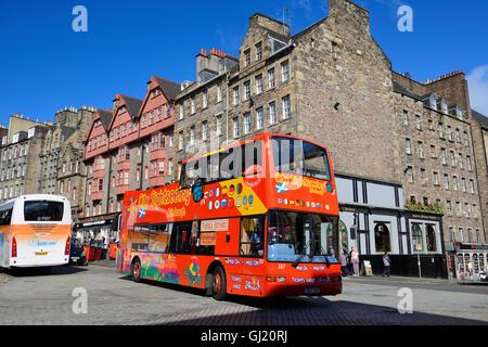 City sightseeing bus passing Deacon Brodie's Tavern on the Royal Mile, Edinburgh, Scotland - Stock Photo