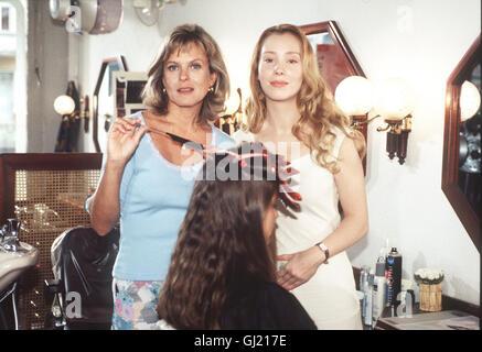 DAS DOPPELLEBEN EINER MUTTER- Mona Lutter (FRANZISKA PETRI), mitte zwanzig, ist Ehefrau und Mutter und führt ein - Stock Photo