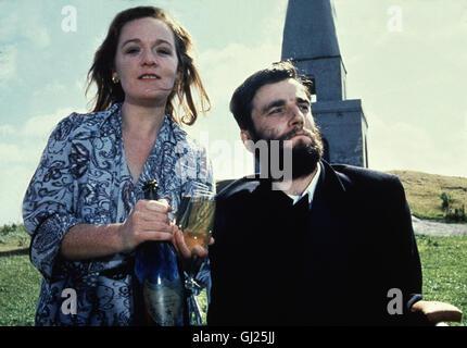 MEIN LINKER FUSS- Der schwerstbehinderte Christy Brown (DANIEL DAY LEWIS) wird erst gefördert, als es ihm gelingt, - Stock Photo