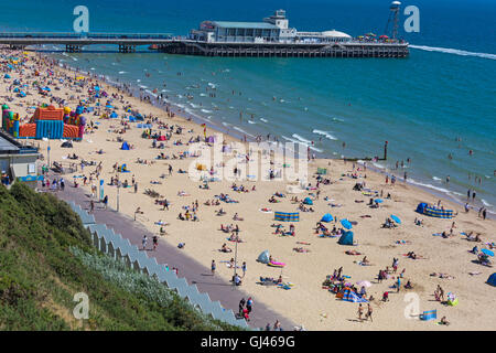 Bournemouth, Dorset, UK. 12th Aug, 2016. UK weather: glorious hot sunny day as the crowds head for the seaside and - Stock Photo