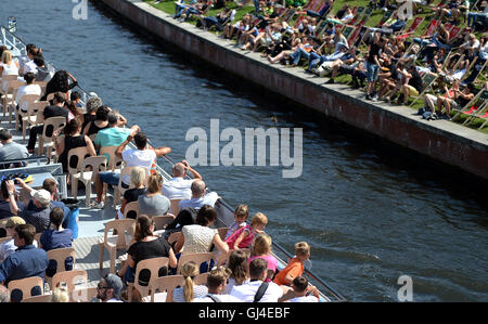 Berlin, Germany. 13th Aug, 2016. People enjoying the sun at Spree river in Berlin, Germany, 13 August 2016. PHOTO: - Stock Photo