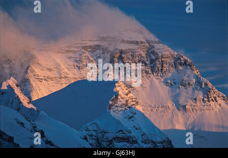 Mount Everest (8,848 metres ) looming up at the end of the valley viewed from Rongbuk Monastery at sunset. The views - Stock Photo