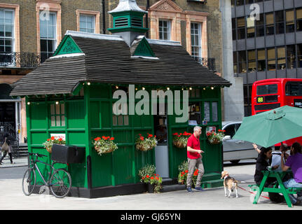 A traditional Cabman's shelter in Russell square,Bloomsbury.There are 13 left in London.This is now Kate's tea food - Stock Photo