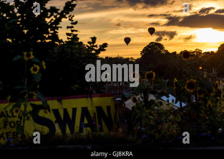 Bristol, UK. 13th Aug, 2016. The mass ascent of the Bristol Balloon Fiesta Festival finally gets underway after - Stock Photo
