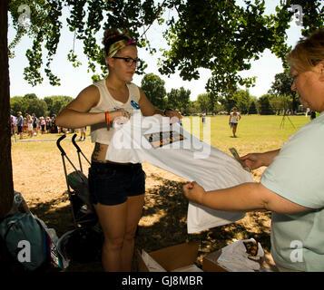Washington, USA. 13th Aug, 2016. Washington DC, August 13, 2016--Vendors accept donations for t-shirts at the Dismiss - Stock Photo