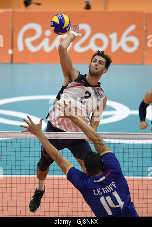 Rio De Janeiro, Brazil. 13th Aug, 2016. Aaron Russell (top) of the United States competes during the men's volleyball - Stock Photo