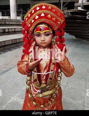 Kathmandu, Nepal. 13th Aug, 2016. A kid dressed up as Living Goddess Kumari poses before performance during the Inter School Fancy Dress Contest in Kathmandu, Nepal, Aug. 13, 2016. More than 70 kids of various schools and kindergartens participated in the contest. Credit:  Sunil Sharma/Xinhua/Alamy Live News