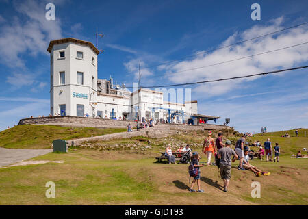 Llandudno, Conwy Wales, UK. 15th Aug, 2016. Summer finally arrives on the North Wales coast, and everyone gets out - Stock Photo