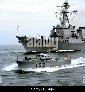 AJAX NEWS & FEATURE SERVICE. 23RD AUGUST, 2001. PORTSMOUTH, ENGLAND. - VINTAGE WELCOME - U.S. NAVY'S NEWEST WARSHIP, - Stock Photo