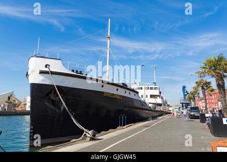 Poole, Dorset, UK. 16 August 2016 UK weather: Shieldhall, the largest working steamship of her kind in Europe, is - Stock Photo