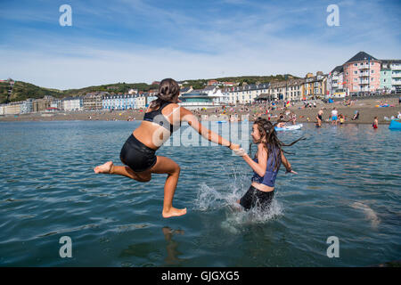 Aberystwyth, Wales, UK. 16th August, 2016. UK Weather: Teenagers on their long summer holidays cool off on a hot - Stock Photo