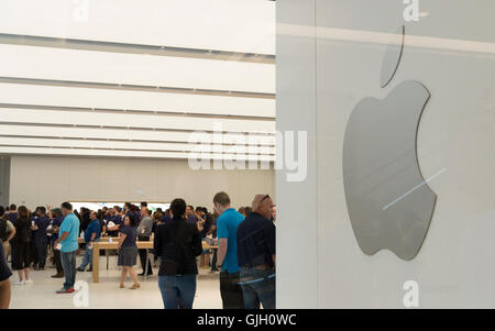 New York, USA. 16th Aug, 2016. The Apple store was one of the most popular new stores, with people queuing prior - Stock Photo