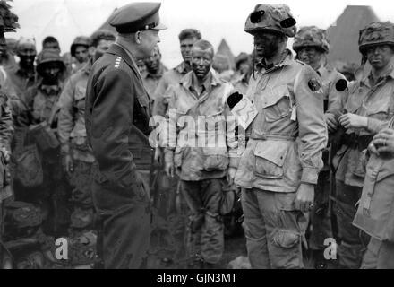 Eisenhower talks with 502 PIR in England - Stock Photo