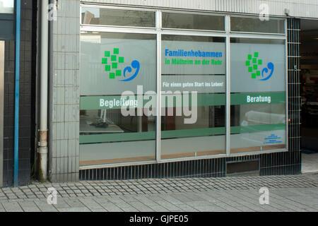 Deutschland, Nordrhein-Westfalen, Mühlheim an der Ruhr, Wallstrasse, Familienhebammen - Stock Photo