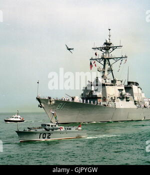 AJAX NEWS & FEATURE SERVICE. 23RD AUGUST, 2001. PORTSMOUTH, ENGLAND. -  AMERICA'S NEWEST WARSHIP ARRIVES. THE ARLEIGH - Stock Photo