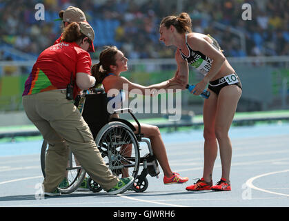 Rio De Janeiro, RJ, Brazil. 17th Aug, 2016. New Zealand's Nikki Hamblin reaches out a hand of thanks to USA's Abbey - Stock Photo