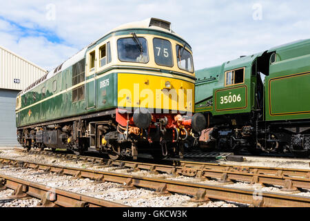 Class 33 D6575 in BR Green waits next to its Southern Region partner 35006 at Toddington depot on the GWSR - Stock Photo