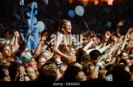 Hamburg, Germany. 19th Aug, 2016. People following the performance of 'Milky Chance' at the Dockville festival in - Stock Photo