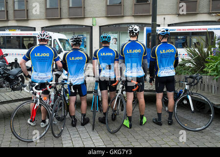 Truro, Cornwall. 20th August, 2016.  Five cyclists from Bristol take a well earned break on the first day of their - Stock Photo