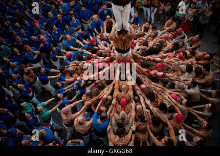 Barcelona, Catalonia, Spain. 20th Aug, 2016.  A human tower (castell in catalan) is built in Barcelona during Les - Stock Photo
