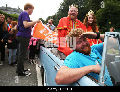 The newly crowned 'King and Queen of the Redheads' Alan O'Neill and Emma Ni Chearuil with their driver Denis Cronin - Stock Photo